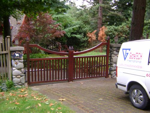 Double swing driveway gate that has a downward arch
