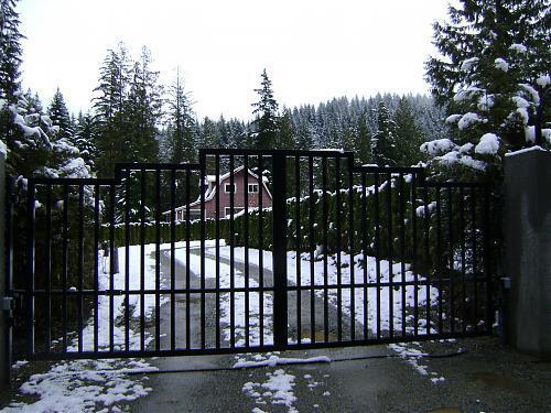 Square top driveway gate